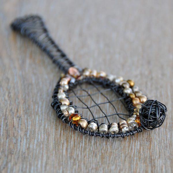 Drátovaná brož pro tenistky