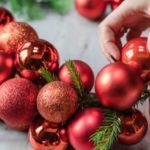 Jak udělat vánoční věnec z ozdob