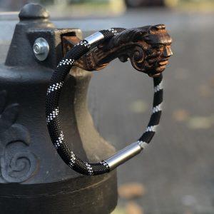 Lanový náhrdelník s kovem - čb proužek