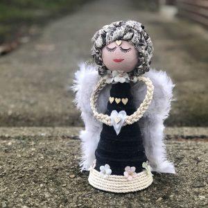 Velký šedo-bílý anděl